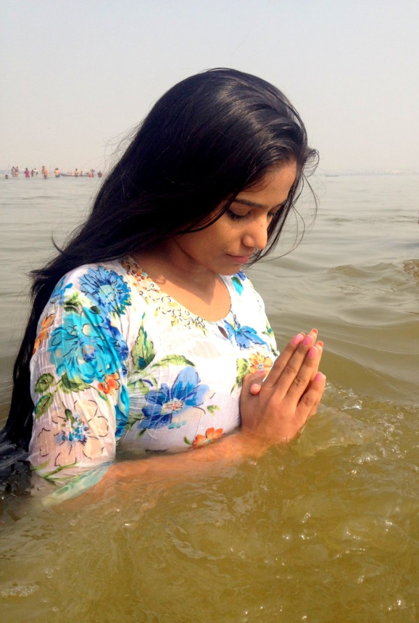 Poonam Pandey Back to routes – Ganga snan at Kumbh